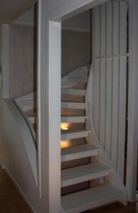 Vitmålad trätrappa